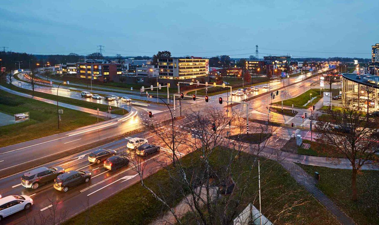 Kruising ringweg in Almelo waar gebruik wordt gemaakt van digitalisering en smart traffic