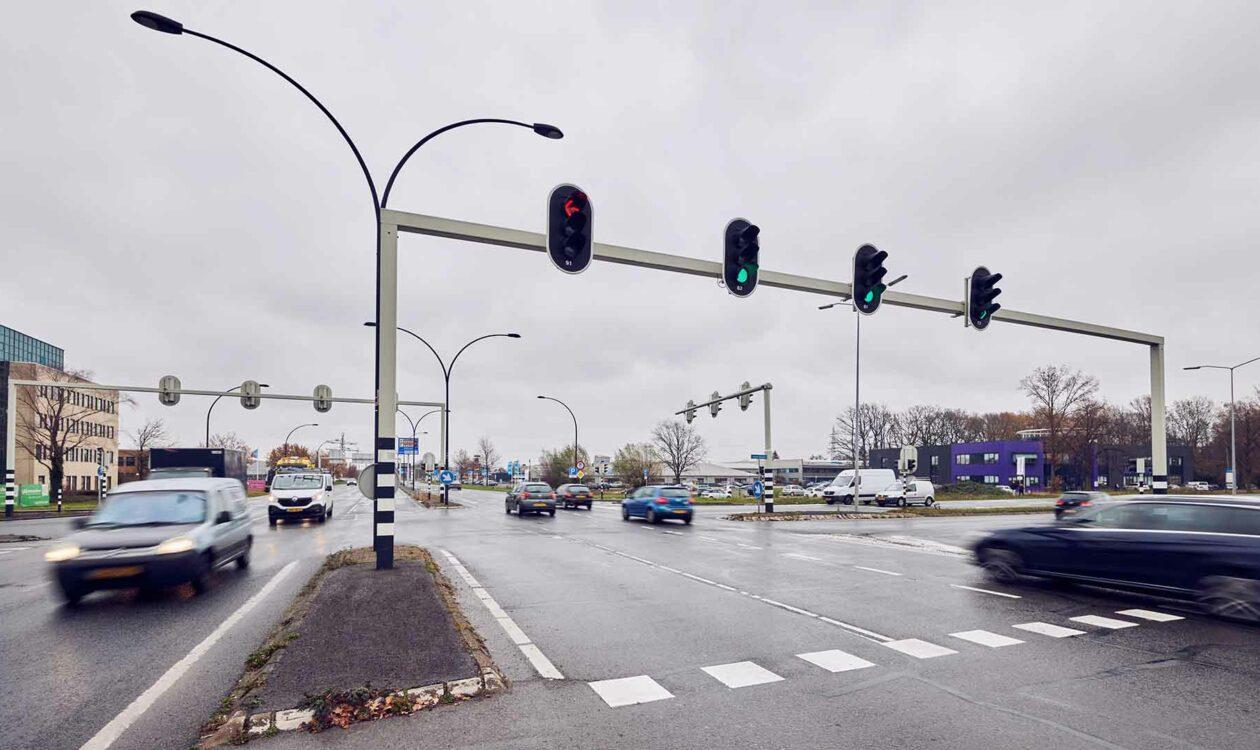 Ringweg van Almelo met verkeer en verkeerslichten