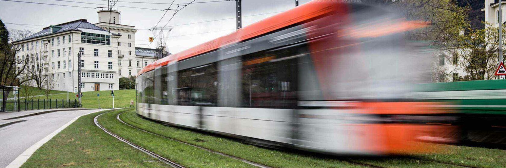 Tram rijdend over groen spoor Bybanen Bergen