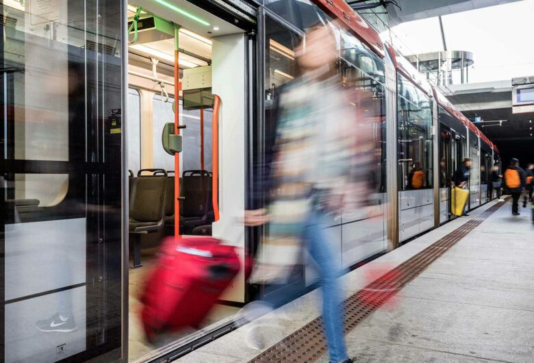Passagiers op Lightrail station Bybanen in Bergen Noorwegen