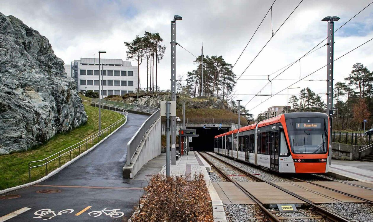 Bybanen Lightrail langs berg en weg in Bergen Noorwegen