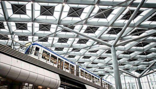 Den-Haag centraal station met opvallende dakconstructie