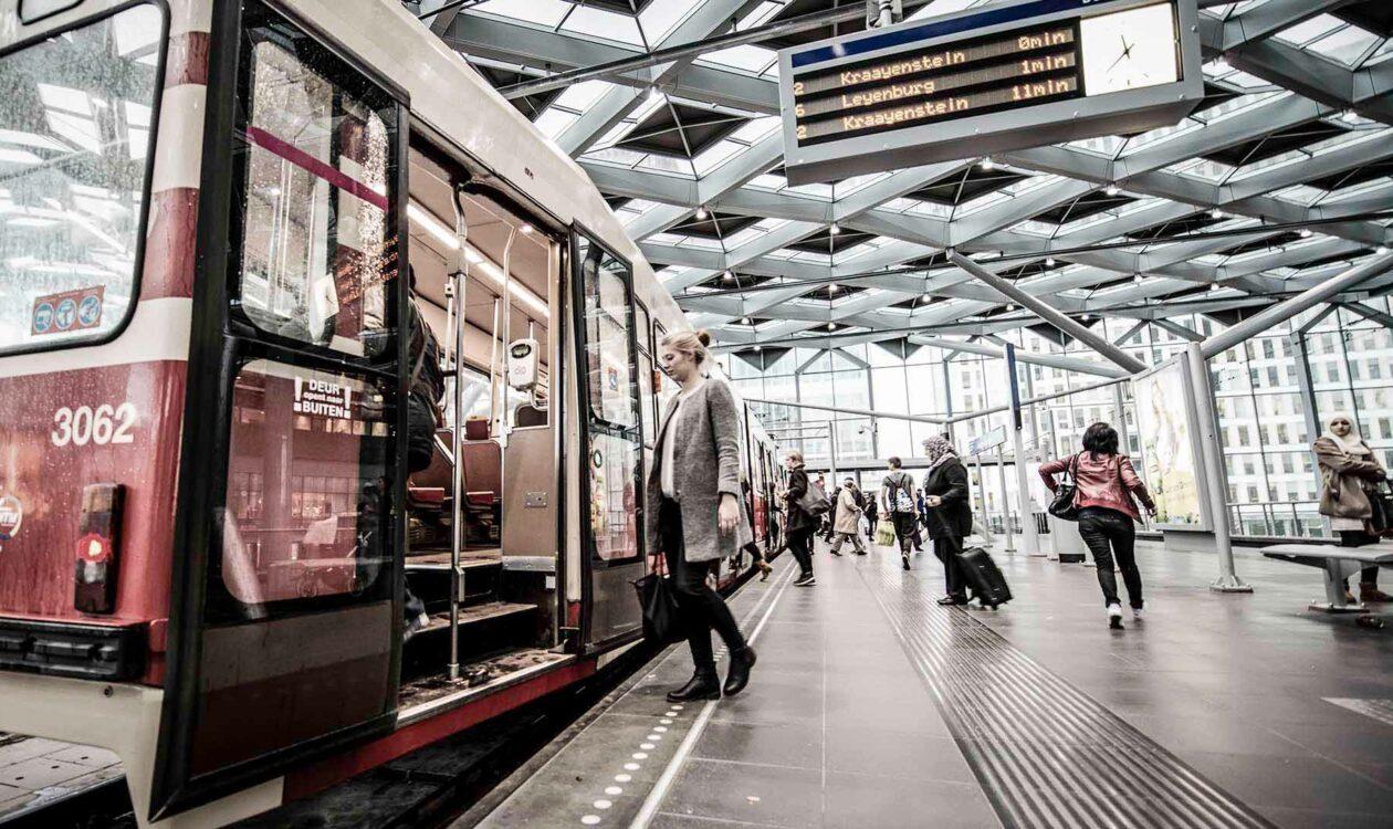 Tram op Den Haag Centraal Station onder opvallende dakconstructie