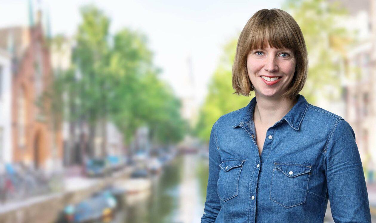 Portret van Emma Grijsen voor Amsterdamse gracht