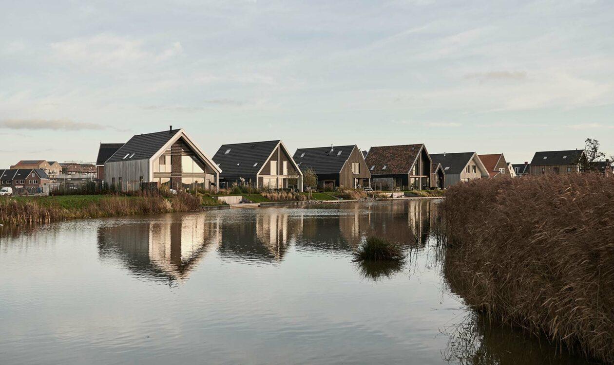Inspiratiebundel Duurzame woonwijk met zonnepanelen op huizen aan het water in Leeuwarden