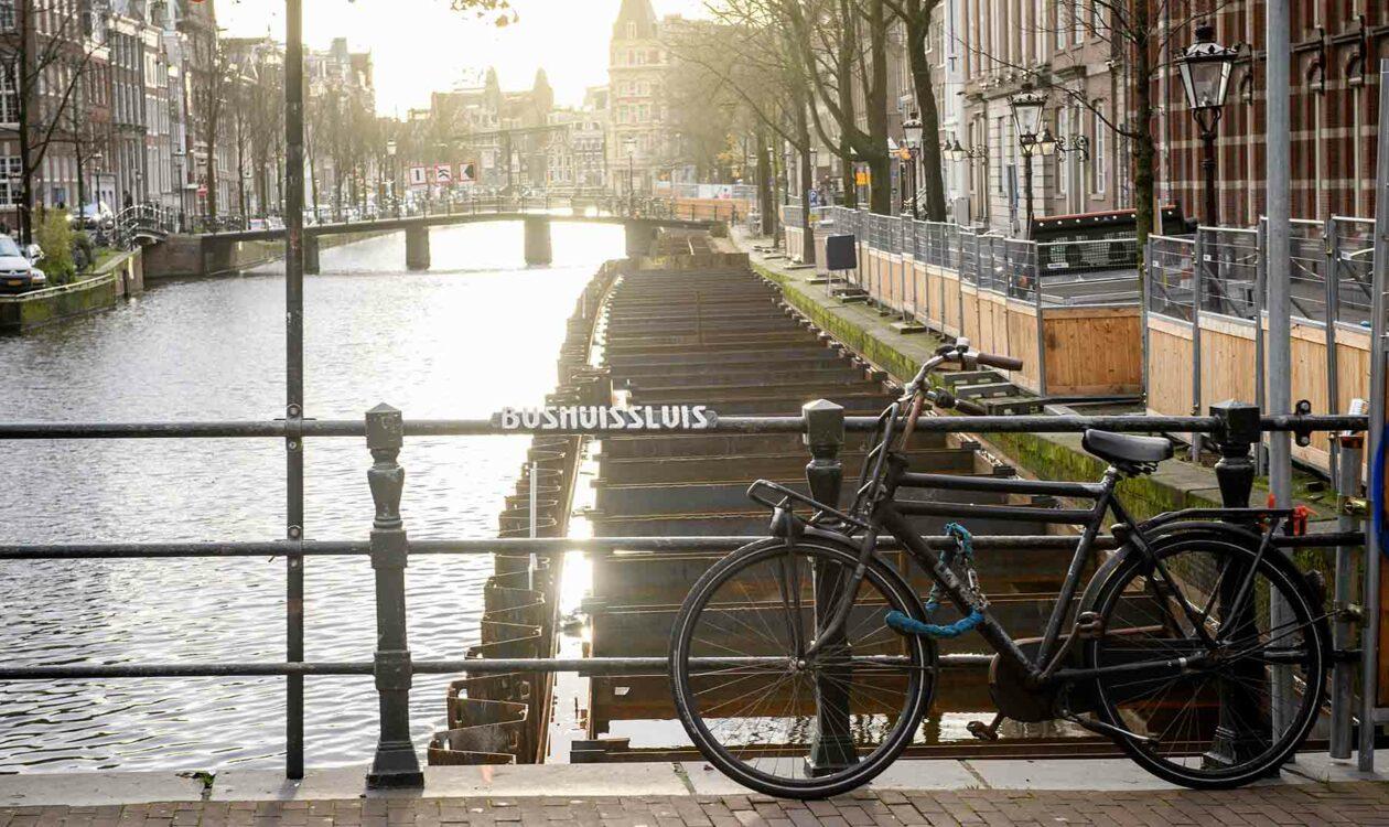 Fiets op Boshuissluis brug over de gracht in de binnenstad van Amsterdam