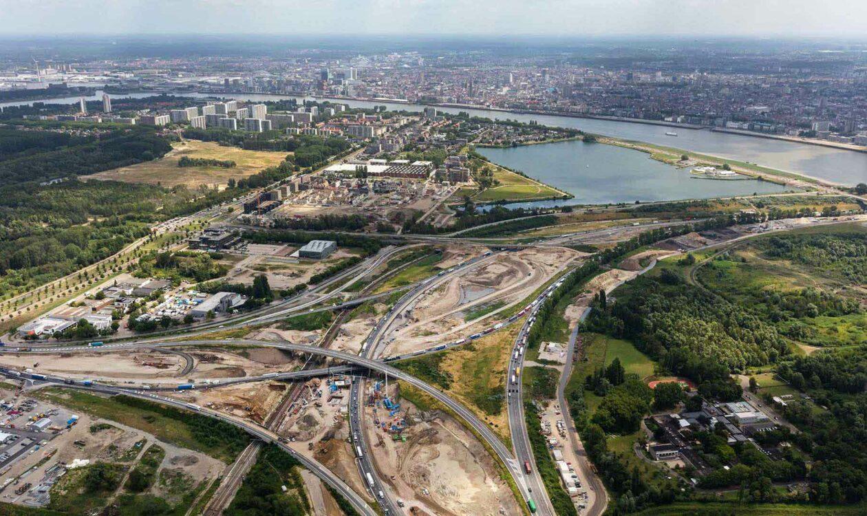 Luchtfoto van wegen in aanbouw Oosterweel in Antwerpen, België
