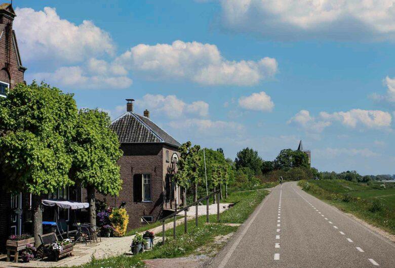 Huizen langs de dijk bij Tiel Waardenburg