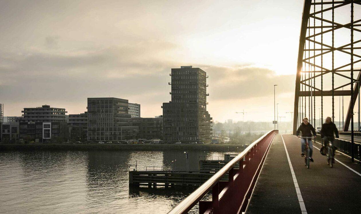 Fietsers op brug naar Zeeburgereiland Amsterdam