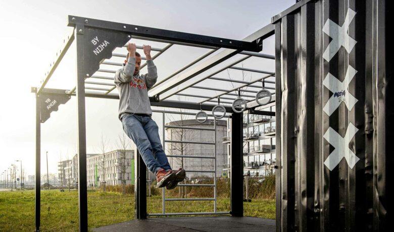 Sportende man op Zeeburgereiland in Amsterdam
