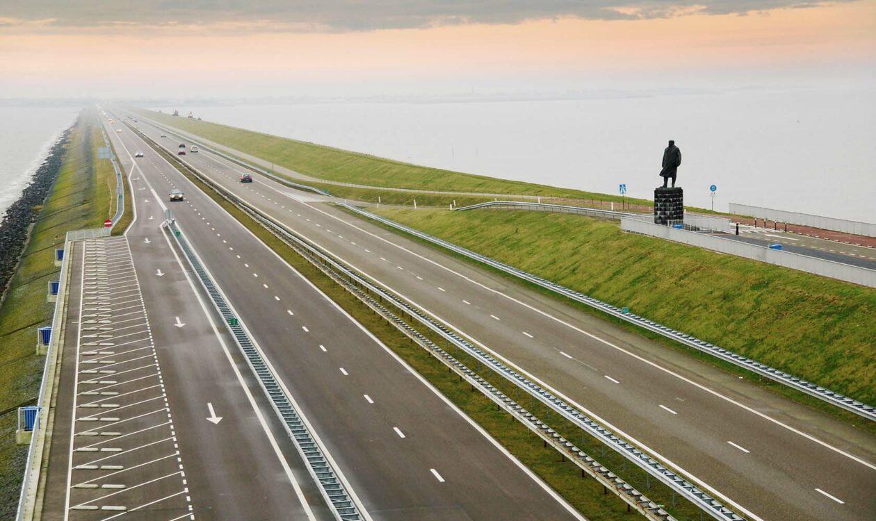 Afsluitdijk met standbeeld in Friesland Nederland