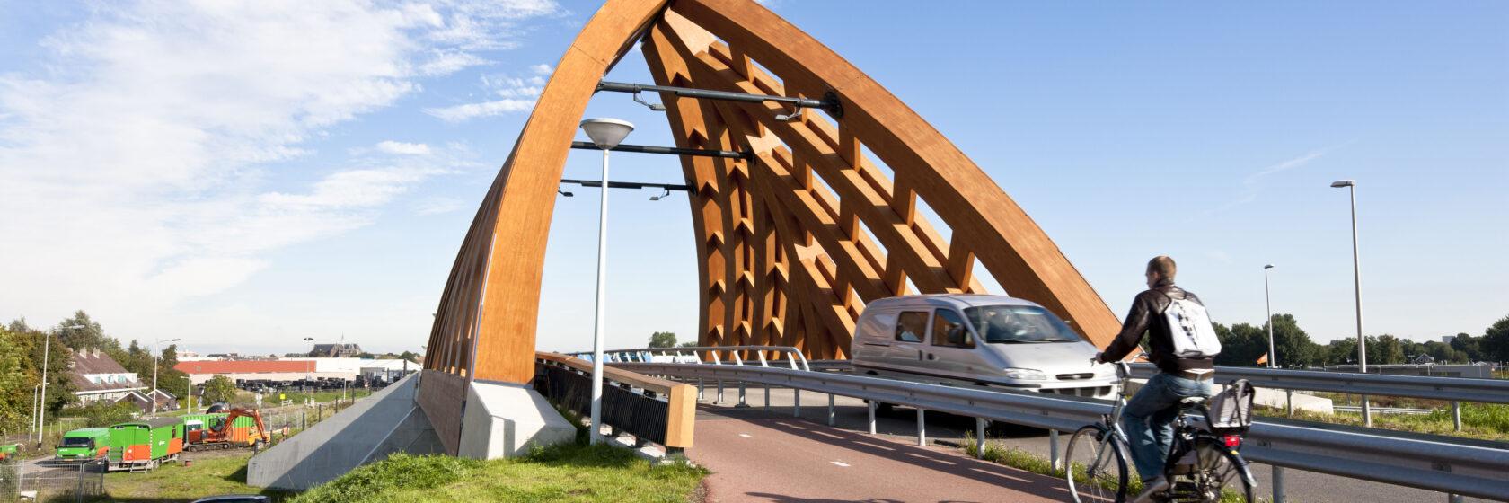 Biocomposiete viaduct Sneek met auto en fietser