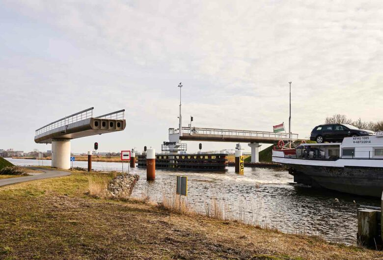 Circulaire fietsbrug Ritsumasyl in Friesland Nederland