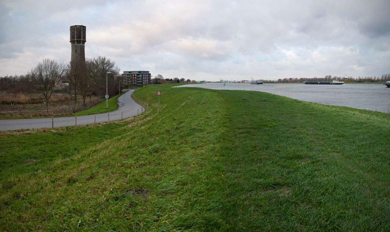 Dijk met watertoren en hoogwater bij kiltunnel bij Dordrecht