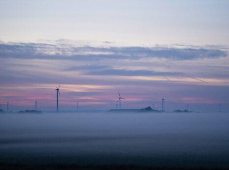 Mistig landschap met windmolens, duurzame energie
