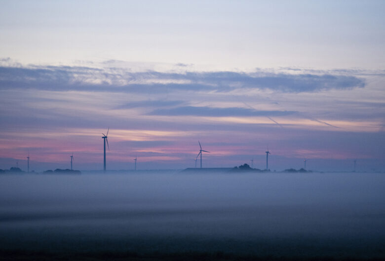 Duurzame energie, windmolens in mistig gebied