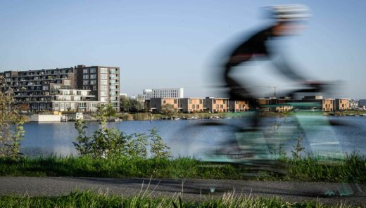 Wielrenner op fiets bij Zeeburg Amsterdam