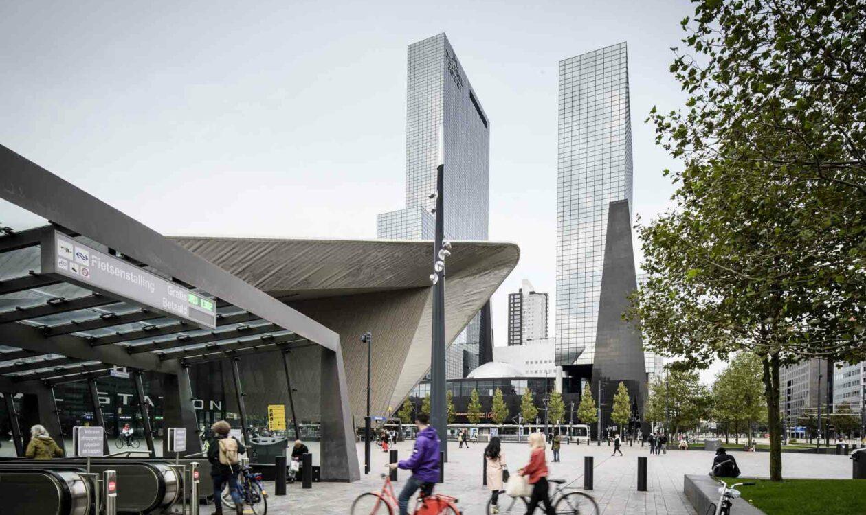De Delftse Poort in Rotterdam met roltrappen, fietsers en wandelaars