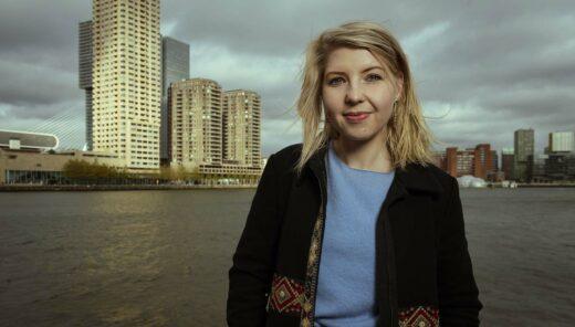 Femke Tiegelaar medewerker van Sweco met op de achtergrond een stedelijke omgeving met veel water en gebouwen