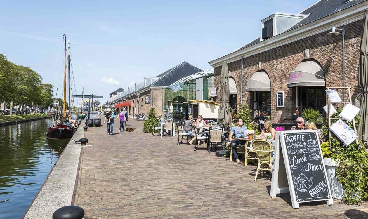 Terrassen aan kade langs water in Willemsoord