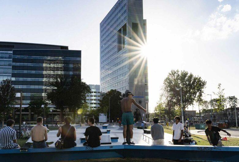 Stedelijk gebied met jonge mensen bij een skatepark