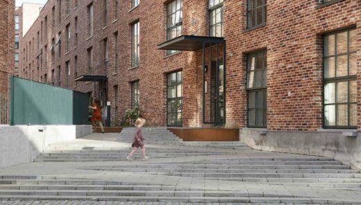 Spelend kind bij Trap van gebouw Gronttorvet
