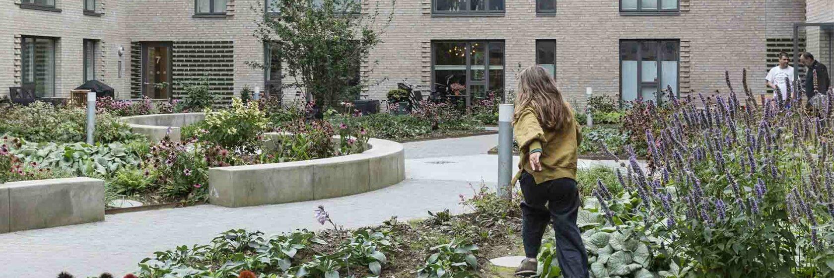 Mensen op groene binnenplaats van Gronttorvet in Denemarken