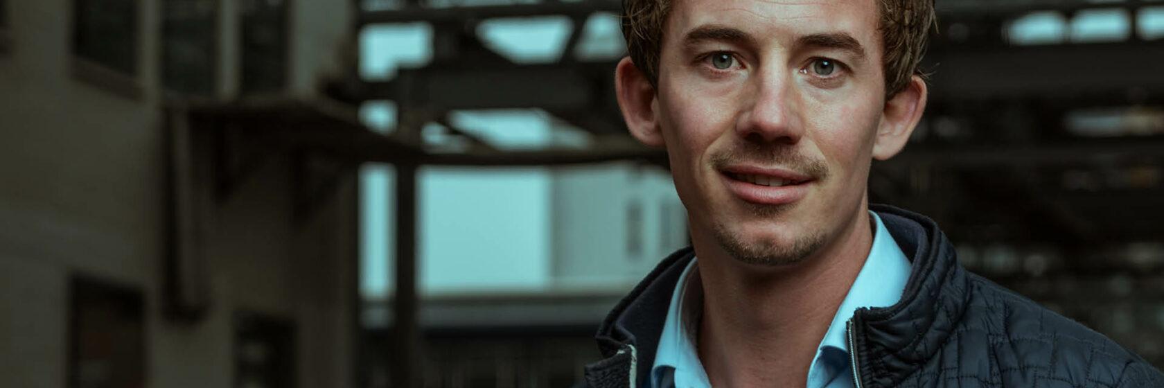 Sweco adviseur Thijs Jansen in industriële omgeving