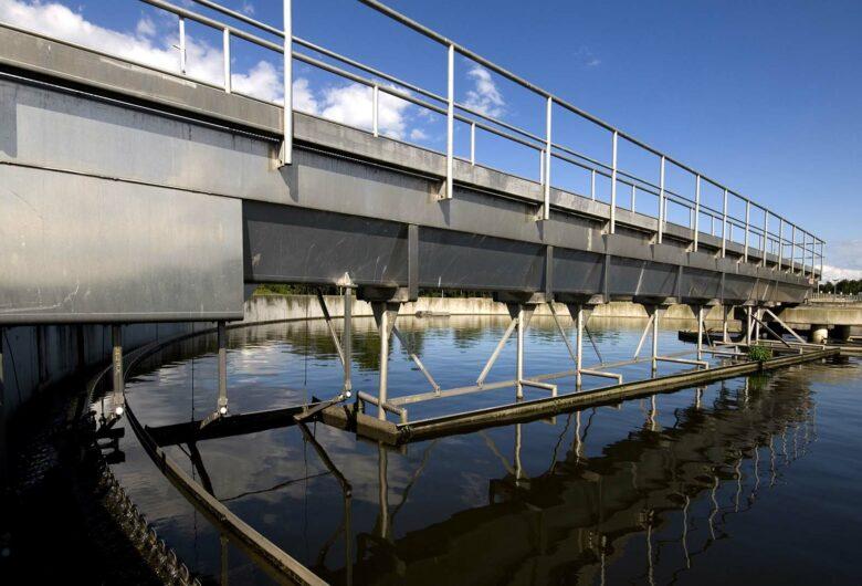 Waterzuiveringsinstallatie blauwe lucht
