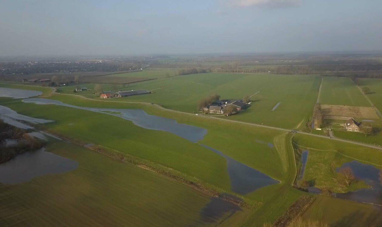 Hoogwater in groenlandschap