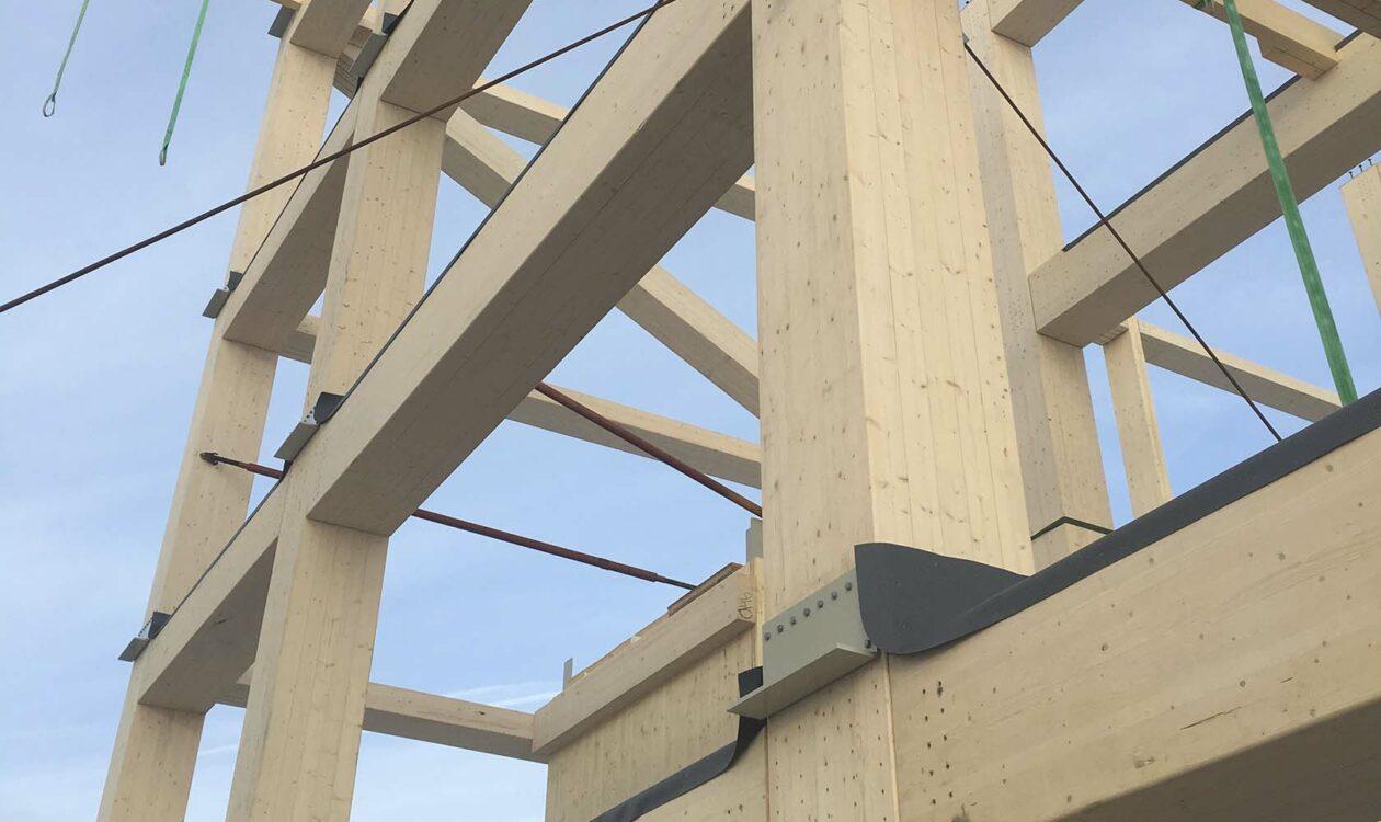 Houten constructie van gebouw