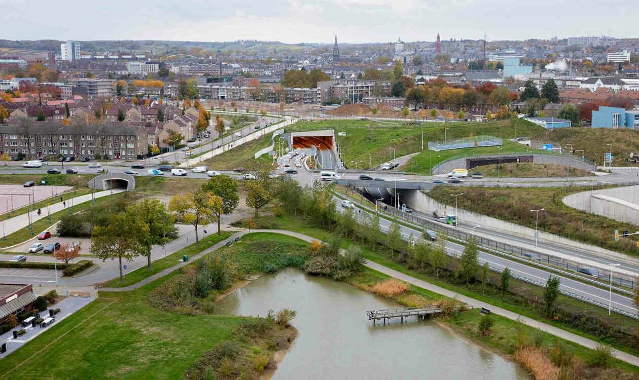 Luchtfoto van infrastructuur, wegen met water in stedelijke omgeving