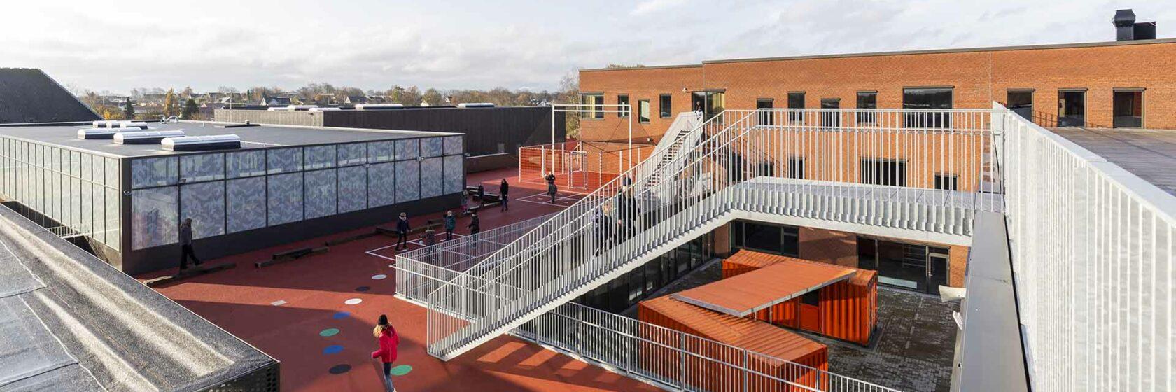 Schoolplein met sportveld van school Lindbjergskolen in Herning in Denemarken