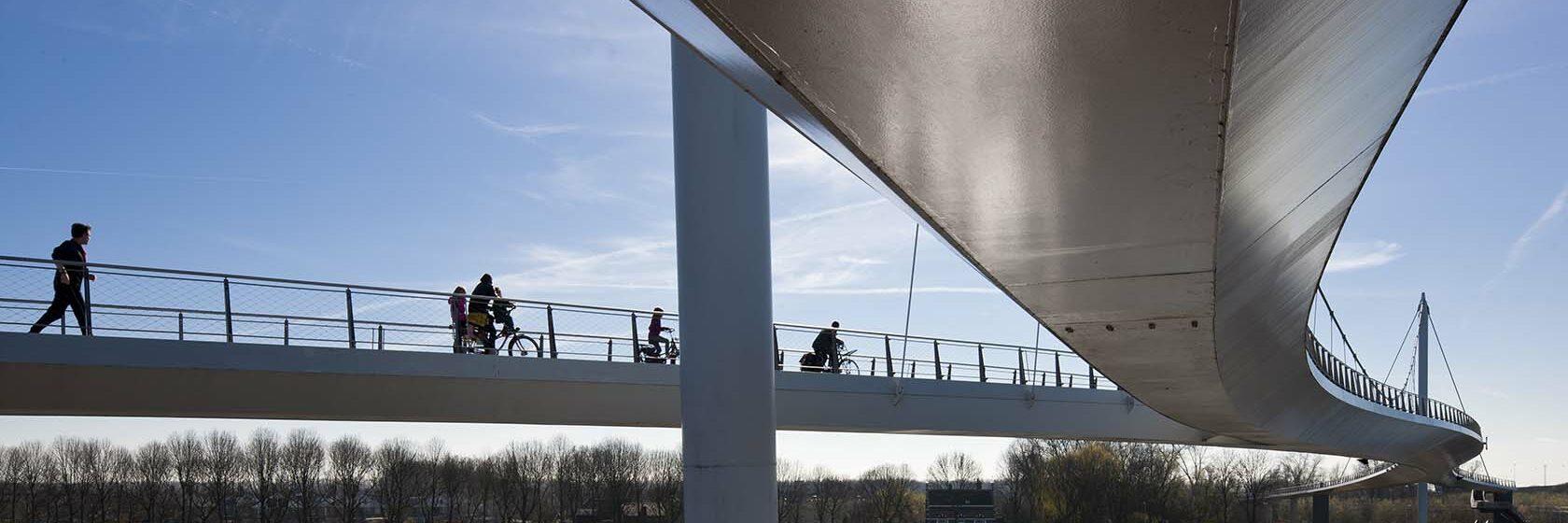 De Nescio brug overspant het Amsterdam-Rijnkanaal en verbindt Amsterdam en Diemen met IJburg