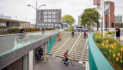 Fietsers en wandelaars bij stationsgebouw in Nijmegen