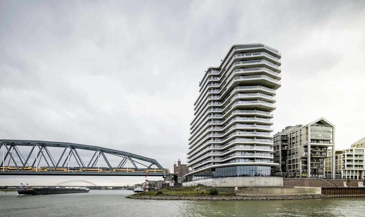Klimaatadaptieve omgeving met woongroep, gebouwen, een brug en veel water in Nijmegen