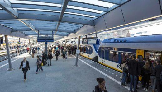 Station met trein en passagiers van Nederlandse Spoorwegen