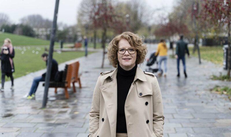 medewerker van Sweco in een park met wandelaars
