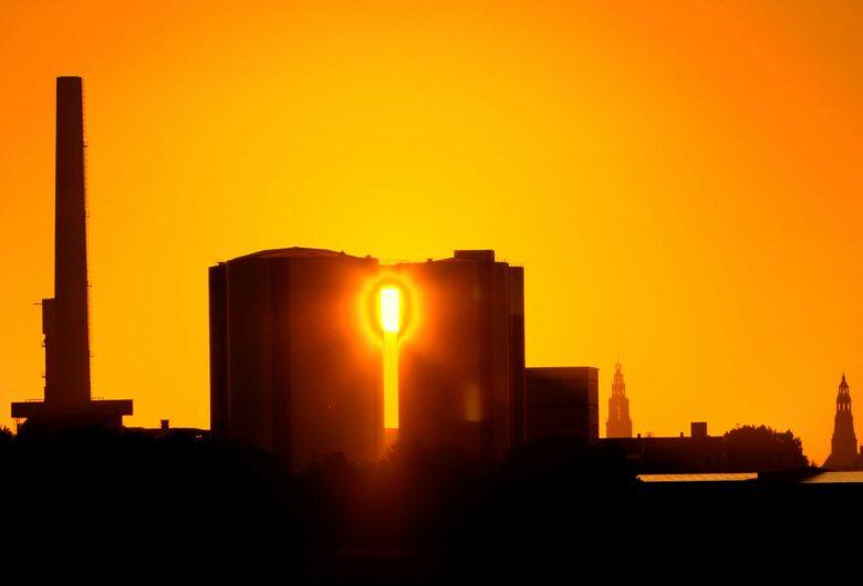 Duurzame industriële gebouwen en fabrieken met ondergaande zon