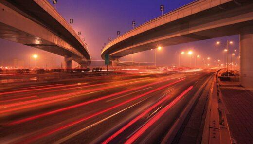 Wegen en viaducten in het donker met verlichting is voorbeeld van omgevingsmanagement