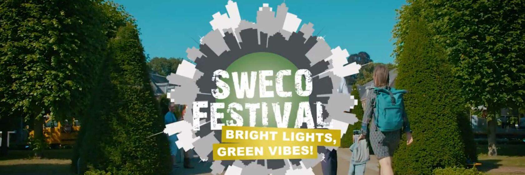 Sweco festival Bright lights, green vibes. Wandelaars bij entree van festival in groene omgeving