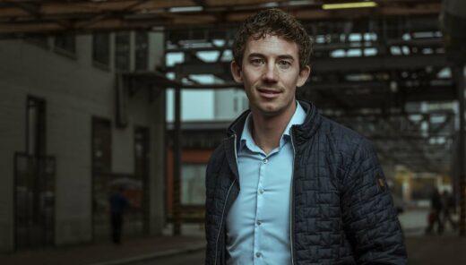 Thijs Janssen medewerker van Sweco in een industriële omgeving