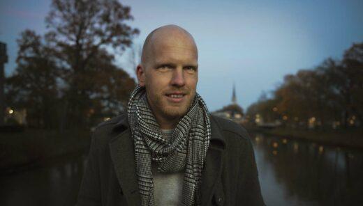 Thomas Braaksma medewerker van Sweco in een stedelijke omgeving bij een gracht