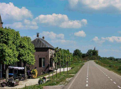 Huizen langs de dijk Tiel Waardenburg