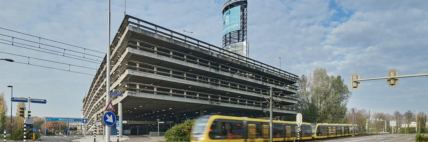 P+R garage in Utrecht Westraven met tram en kruispunt op de voorgrond