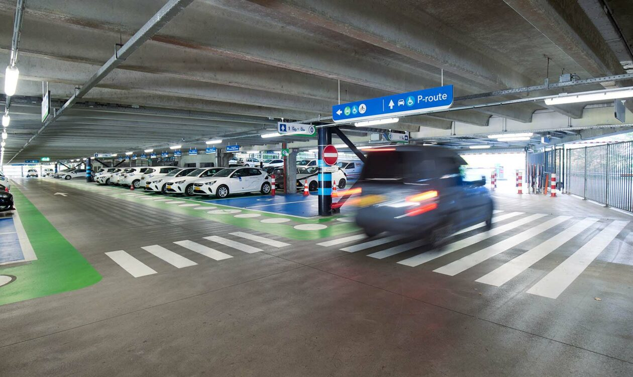Auto's in P+R parkeergarage in Utrecht Westraven