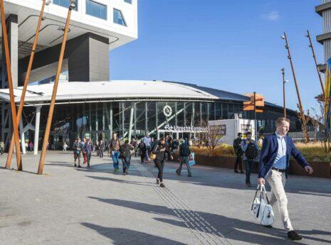 Utrecht Centraal met wandelende reizigers