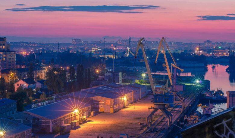 Industrieel gebied in schemering met roze lucht