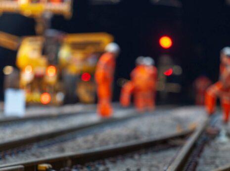 Werken aan het spoor in de nacht