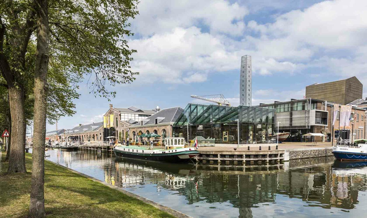 Duurzame gebouwen aan water in Willemsoord met bomen op de voorgrond
